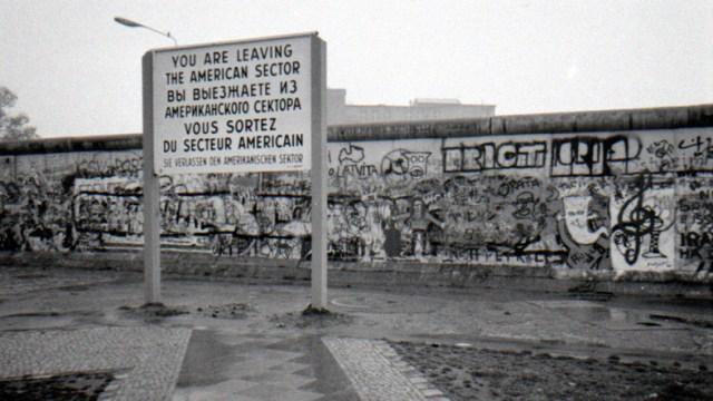 Niemcy: mieszkańcy Berlina wysłali prawie trzytonowy fragment muru Trumpowi