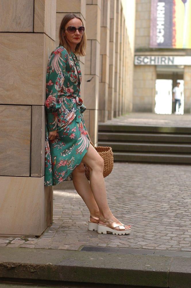 Maxi-kleid-Blumenkleid-lang-floraler-Trend-gruen_mode-blog_Oceanblue-style.jpg
