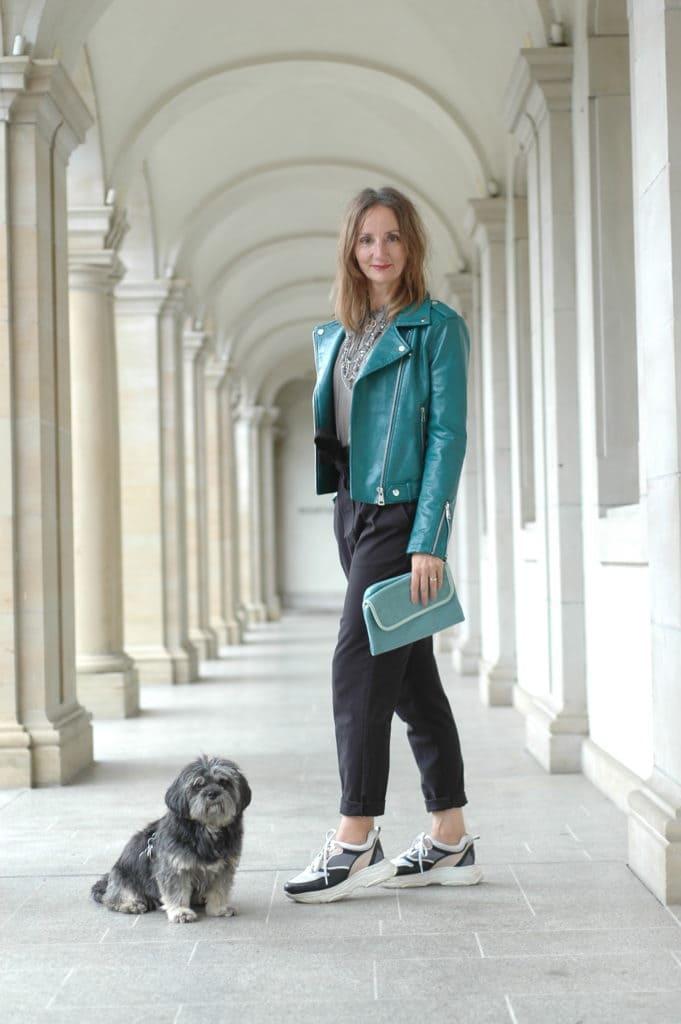 Lederjacke-styling-tipps_mode-blog-ue50_paper-bag-hose_oceanblue-style.jpg