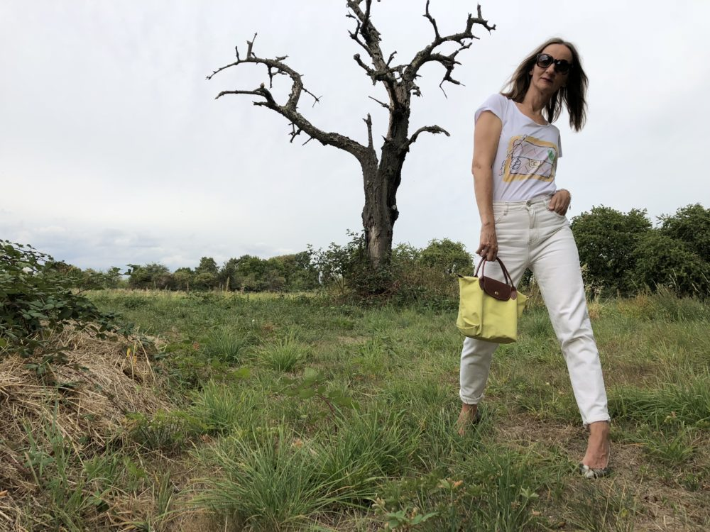 geburtstagsoutfit_denim_weisse-jeans_pumps_pythonprint_neon-tasche_longchamp_chanel_mode-blog-frankfurt_oceanblue-style