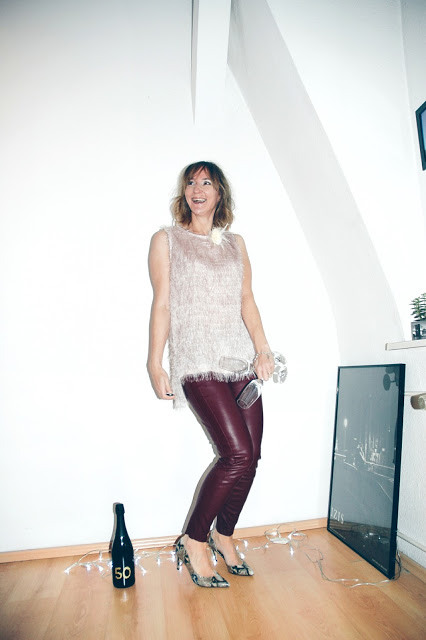 lederhose_weinrot_weisses_top_stehkragen_schlangenmuster_pumps_silvester-outfit_modeblog__oceanblue-style