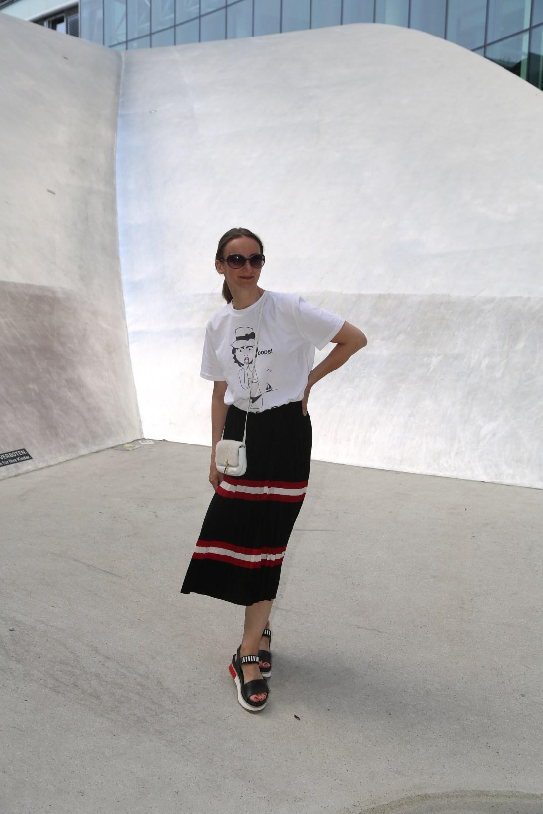 oceanblue-style_faltenrock_sandalen_prada_art-shoes_t-shirt_chanel_tasche-klein_plateau-sandalen_mode-blog-ü40 (2)