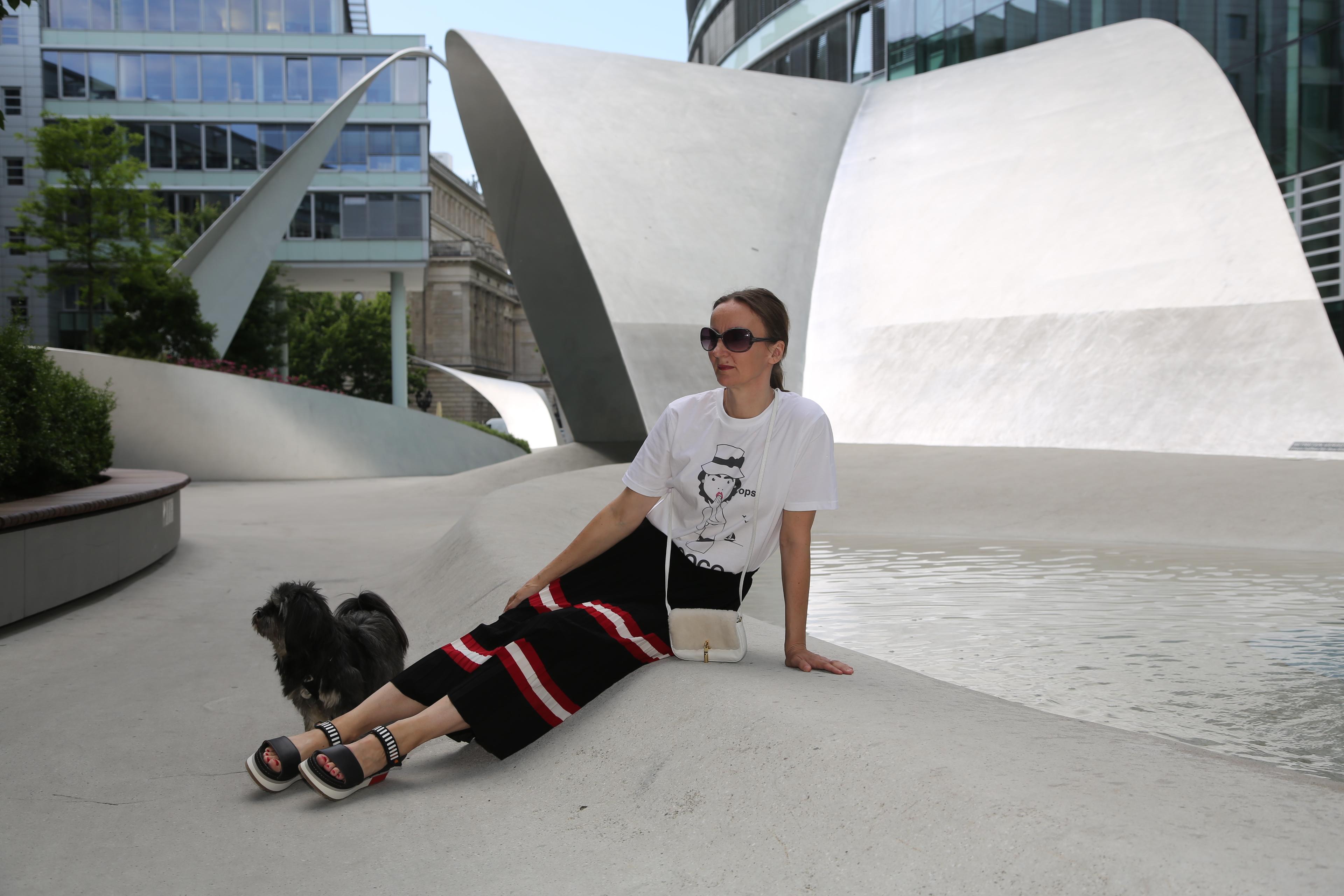 sandale-oceanblue-style_faltenrock_sandalen_prada_art-shoes_t-shirt_chanel_tasche-klein_plateau-sandalen_mode-blog-ü40 (3)