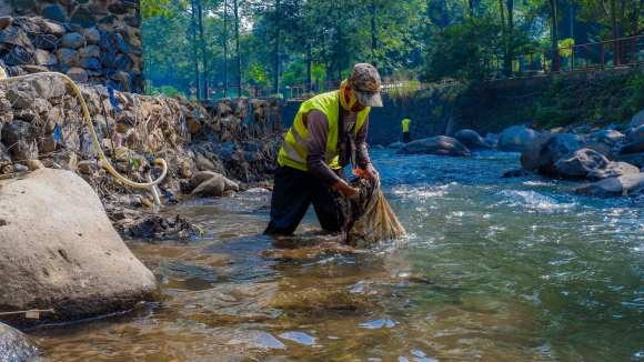 volunteer cleaning the river Removing plastic from the Ocean