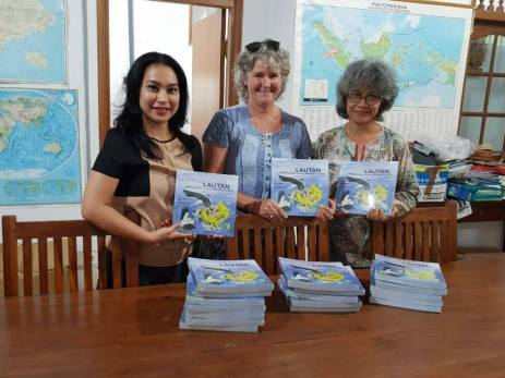 Distributing books in Northern Bali-Jeni Kardinal, coordinator of Indonesian project, in centre