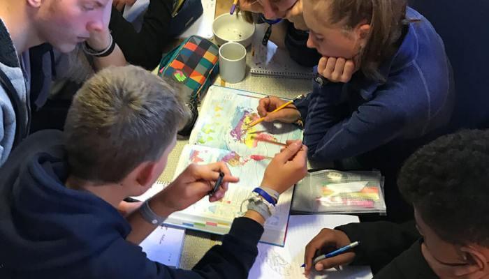 Schüler und Schülerinnen beim Unterricht