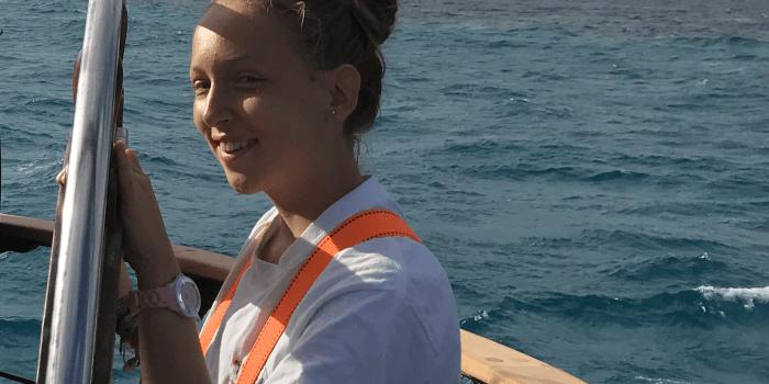 Schülerin steuert das Schiff