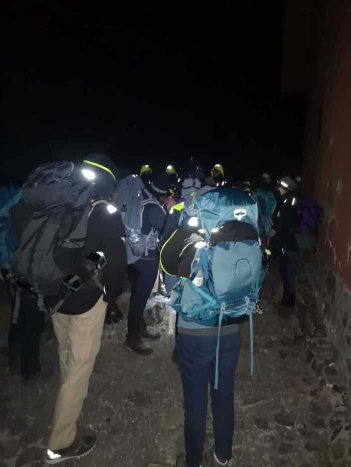 Teilnehmer Rucksäcke im Dunkeln bei der Besteigung des Teide-Gipfels.