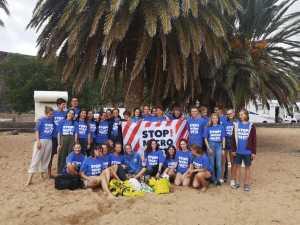 Gruppenforo mit Stop Microwaste Shirts unter einer Palme