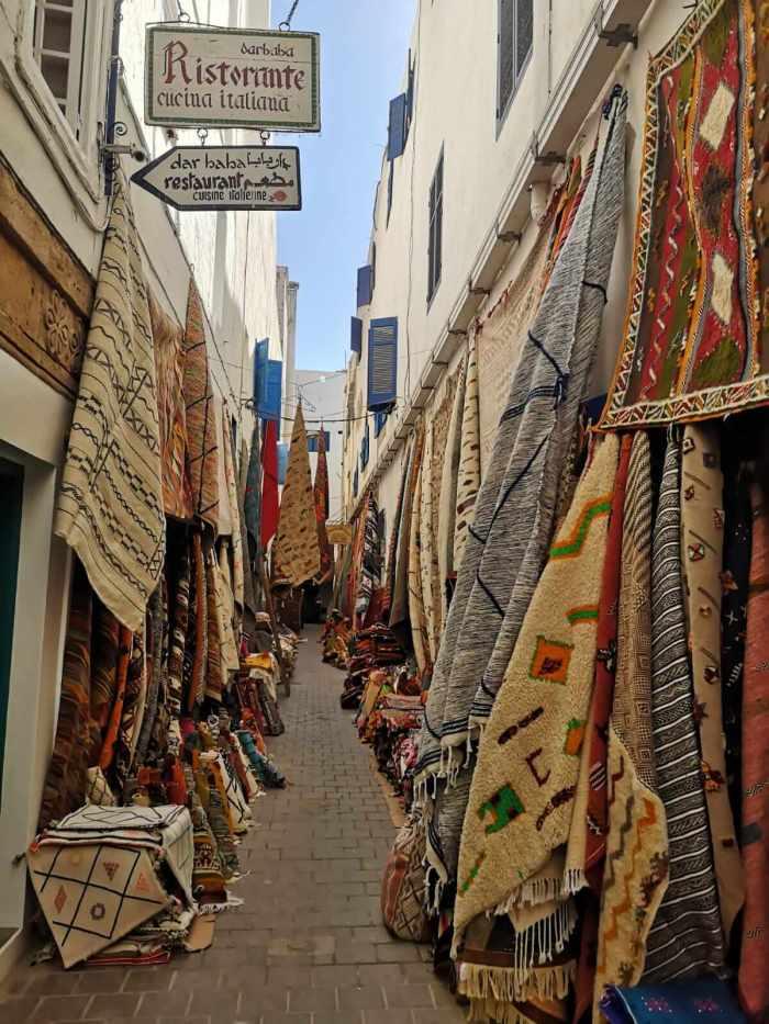 Eine Straße mit Stoffen