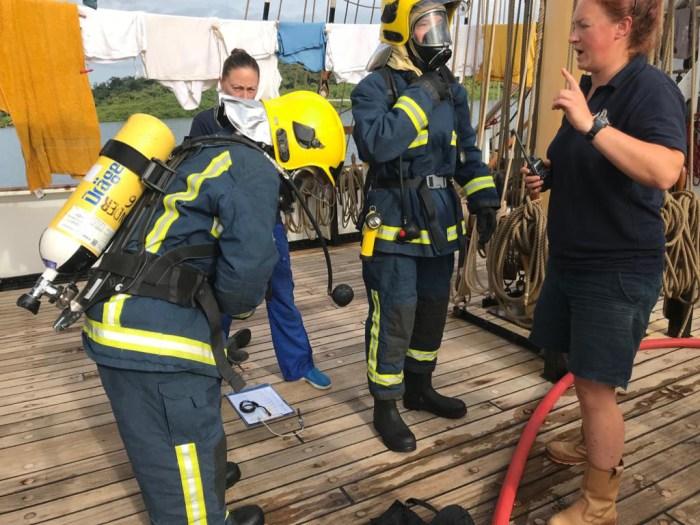 zwei Personen beim Fire-Drill auf dem schiff