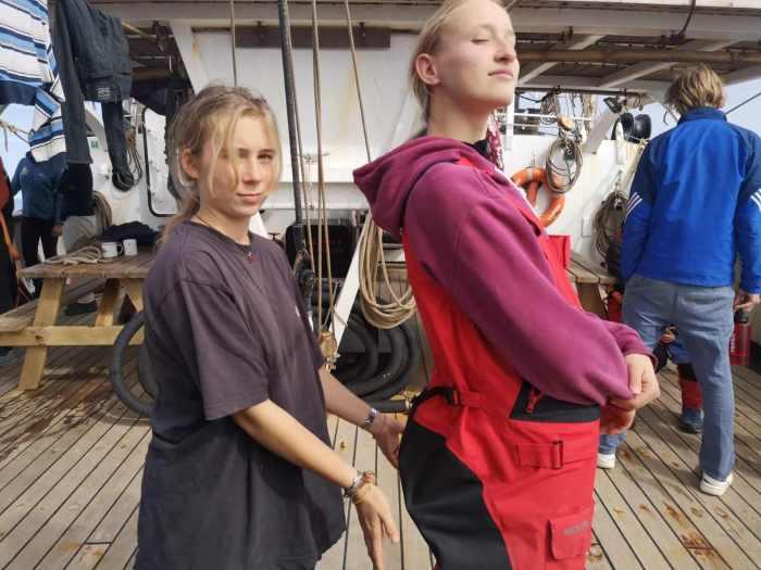 Zwei Schülerinnen auf dem Segelschiff