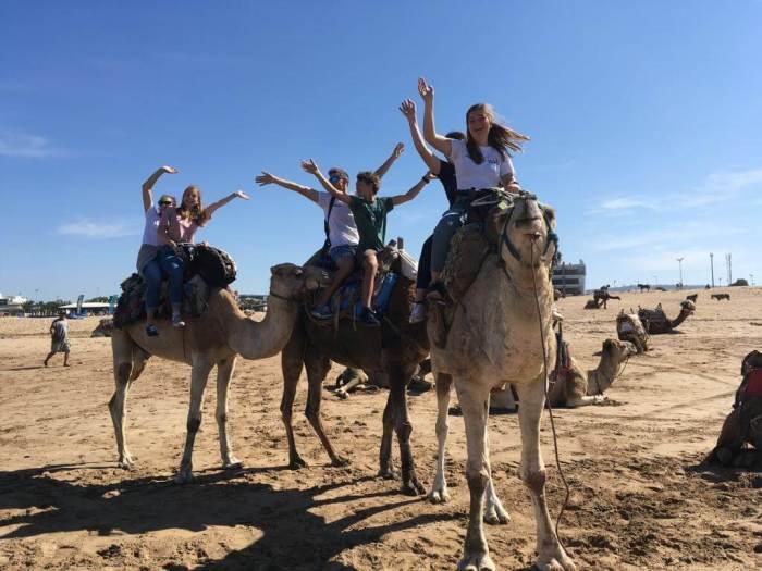 Kulturelle Kompetenz - Schüler auf Kamelen