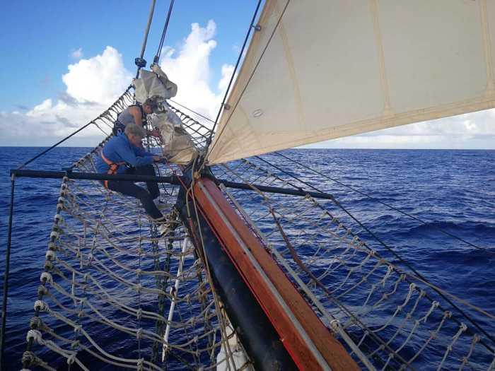 Cornelius beim Einholen des Inner Jin Sail