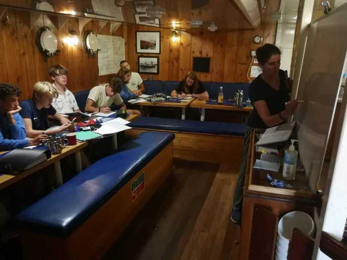 Lehrerin auf dem Segelschiff