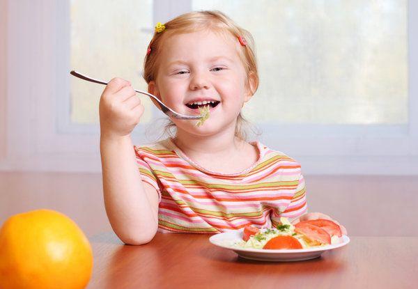crianca-comendo-frutas-verduras