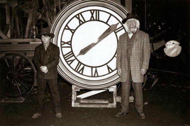 cuadro del reloj marty mcfly y el doc emmett brown 19x25cm d nq np 754654 mla26395908704 112017 f7030036787882721421 - 34 AÑOS DESPUÉS SEGUIMOS VIAJANDO EN EL TIEMPO - Regreso al futuro Curiosidades