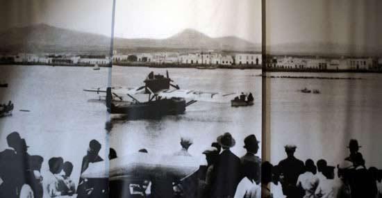 Museos en Lanzarote. Espacios Culturales en Lanzarote. Museo Aeronáutico de Lanzarote. Ramón Franco aterrizando en Lanzarote en 1924, imagen histórica expuesta en el Museo Aeronáutico de Lanzarote