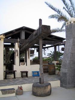 Lagar, prensa de madera para extraer el mosto de la uva, del museo Tanit, San Bartolomé, Lanzarote