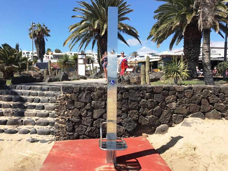 Las playas de Costa Teguise, más accesibles al baño