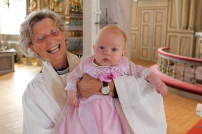 Präst Ulla-Britt och Linnéa