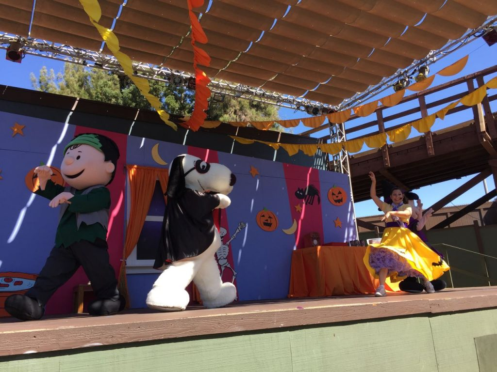 camp-snoopy-stage-show-at-knotts-spooky-farm