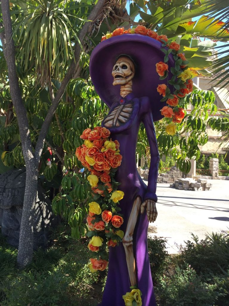 dia-de-los-muertos-sculpture-at-knotts-spooky-farm