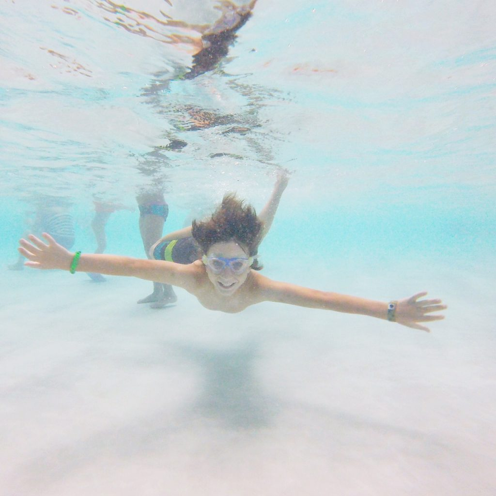 swimming-underwater-at-great-wolf-lodge