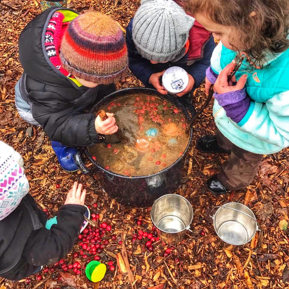 Kids learning to cook at Tinkergarten