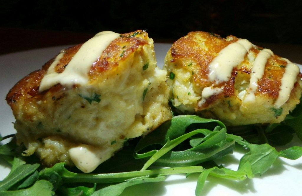 Mini crab cake with roasted garlic aioli
