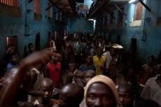 Trezentos homens e meninos estão dispostos no bloco n°4 da Pademba Road Prison. Aqueles que tê dinheiro, tais como os traficantes de drogas, fazem parte de um grupo seleto que dispõem de celas próprias. A maioria das celas são superlotadas e os prisioneiros dormem no chão.