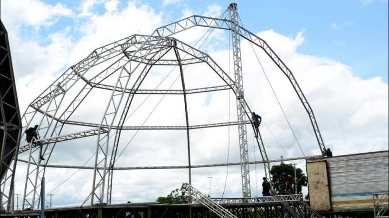 Montagem da estrutura do carnaval cristão está em fase de conclusão