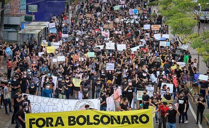 Manifestações levam às ruas disputa pela 'saída' para o Brasil