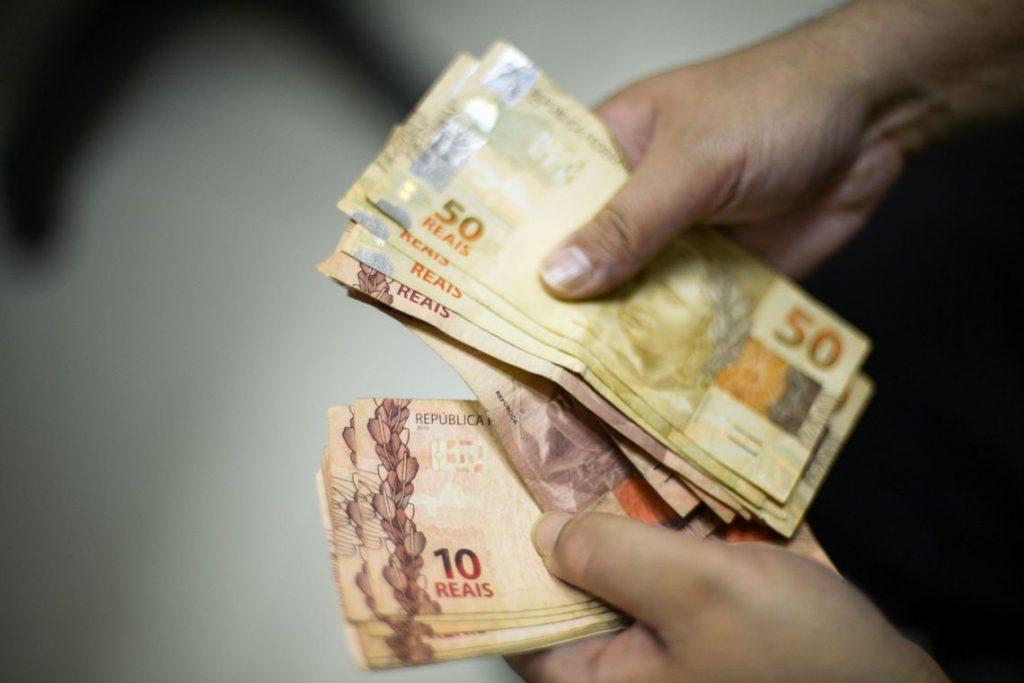 Salário mínimo agora vale mil e cem reais