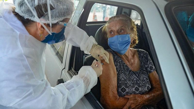 Idosos acima de 80 anos recebem 2ª dose da CoronaVac a partir desta quinta, 4, via drive-thru na Capital