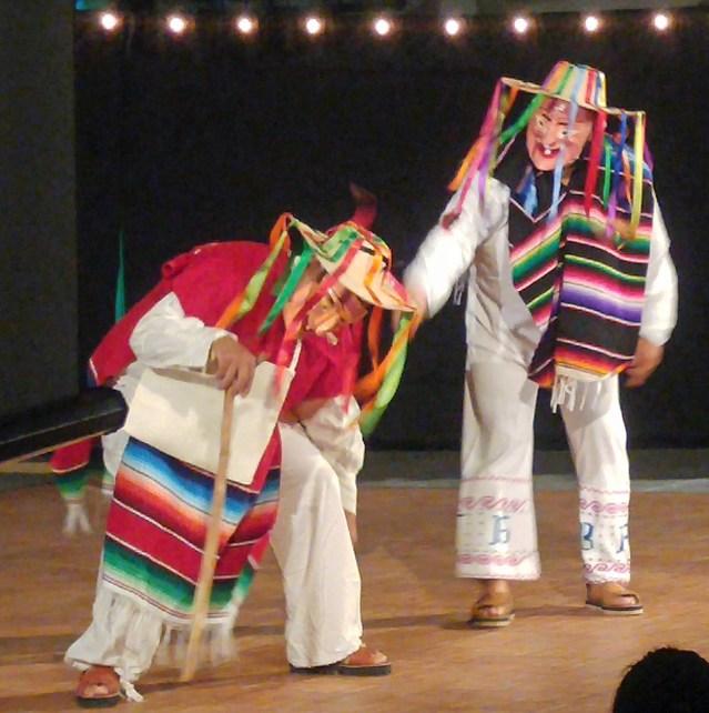 """Eduardo Chávez, a la izquierda, dueño del Taco Stand Eduardo's y quien organizó la venta de comida, baila """"La Danza de los Ancianos"""" con un miembro del Ballet Folclorico. Foto por P. Vankevich"""
