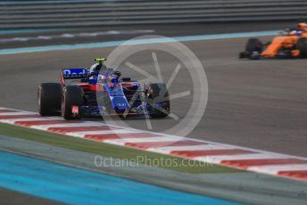 World © Octane Photographic Ltd. Formula 1 –  Abu Dhabi GP - Race. Scuderia Toro Rosso STR13 – Pierre Gasly and McLaren MCL33 – Fernando Alonso. Yas Marina Circuit, Abu Dhabi. Sunday 25th November 2018.