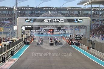 World © Octane Photographic Ltd. Formula 1 –  Abu Dhabi GP - Race. The mechanics clear the grid ahead of the formation lap. Yas Marina Circuit, Abu Dhabi. Sunday 25th November 2018.