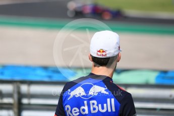 World © Octane Photographic Ltd. Formula 1 – Hungarian Post-Race Test - Day 2. Scuderia Toro Rosso STR13 – Brendon Hartley watched by Pierre Gasly. Hungaroring, Budapest, Hungary. Wednesday 1st August 2018.