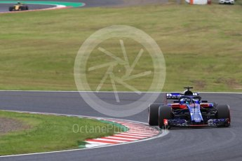 World © Octane Photographic Ltd. Formula 1 – Japanese GP - Qualifying. Scuderia Toro Rosso STR13 – Brendon Hartley and Renault Sport F1 Team RS18 – Carlos Sainz. Suzuka Circuit, Japan. Saturday 6th October 2018.