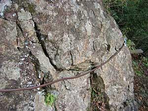 岩にワイヤー