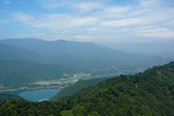 仏果山の展望台から見た、宮ヶ瀬湖&丹沢の山々