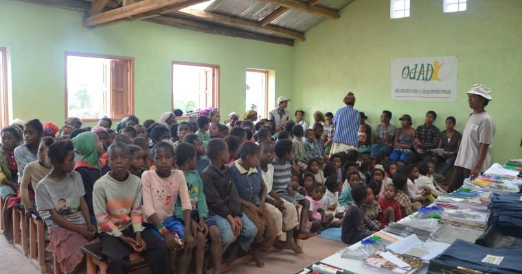 Distribution des kits scolaires de 2014-2015