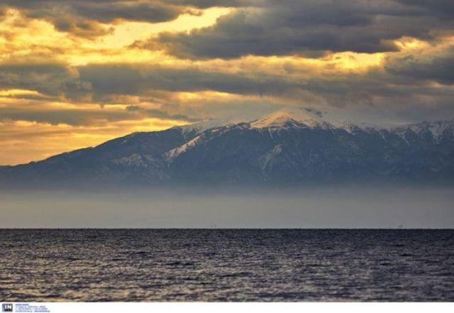 Αποτέλεσμα εικόνας για Πανέμορφες εικόνες απαθανάτισε ο φωτογραφικός φακός με το «βουνό των Θεών» χιονισμένο να δείχνει την μεγαλοπρέπειά του από τη Θεσσαλονίκη.