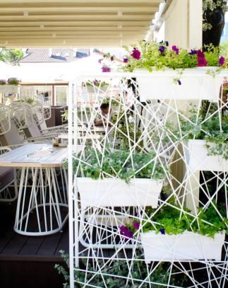 Проект летней площадки кафе «Топ Сендвич» на Дерибасовской разработан и реализован дизайнерами и архитекторами cтудии Belenko.