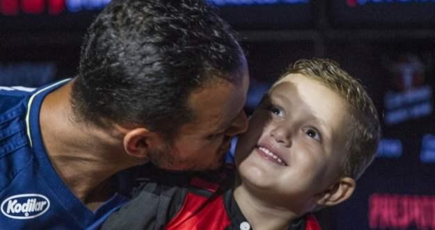 Réver beija o filho, Réver Junior, em coletiva no Ninho do Urubu