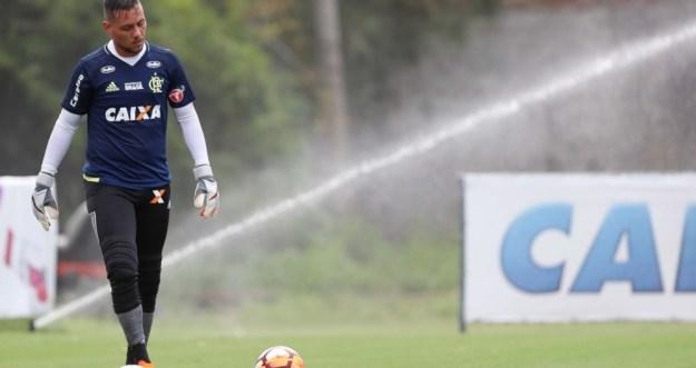 Falha de Diego contra o River Plate faz galera conjugar o verbo 'muralhar'
