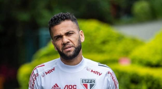 Daniel Alves saiu em defesa do técnico Fernando Diniz