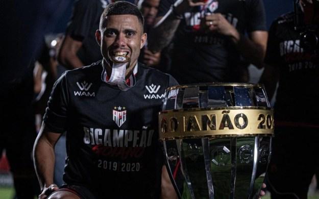 Wellington Rato posa para foto ao lado da Taça do Goianão 2020