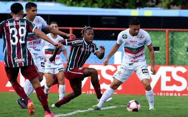 De pênalti, Abel Hernández marcou o gol do Fluminense, mas ficou marcado pelas boas chances desperdiçadas no primeiro tempo